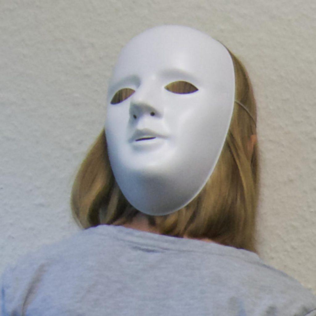 Schülerin mit Neutralmaske