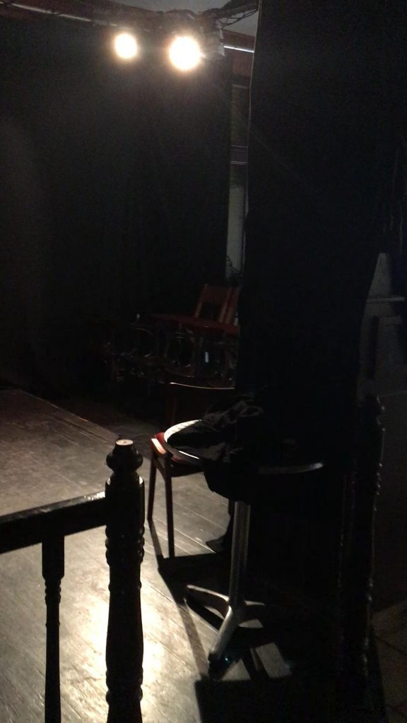 Seitenblick auf die beleuchtete Bühne des Theaters der Gezeiten